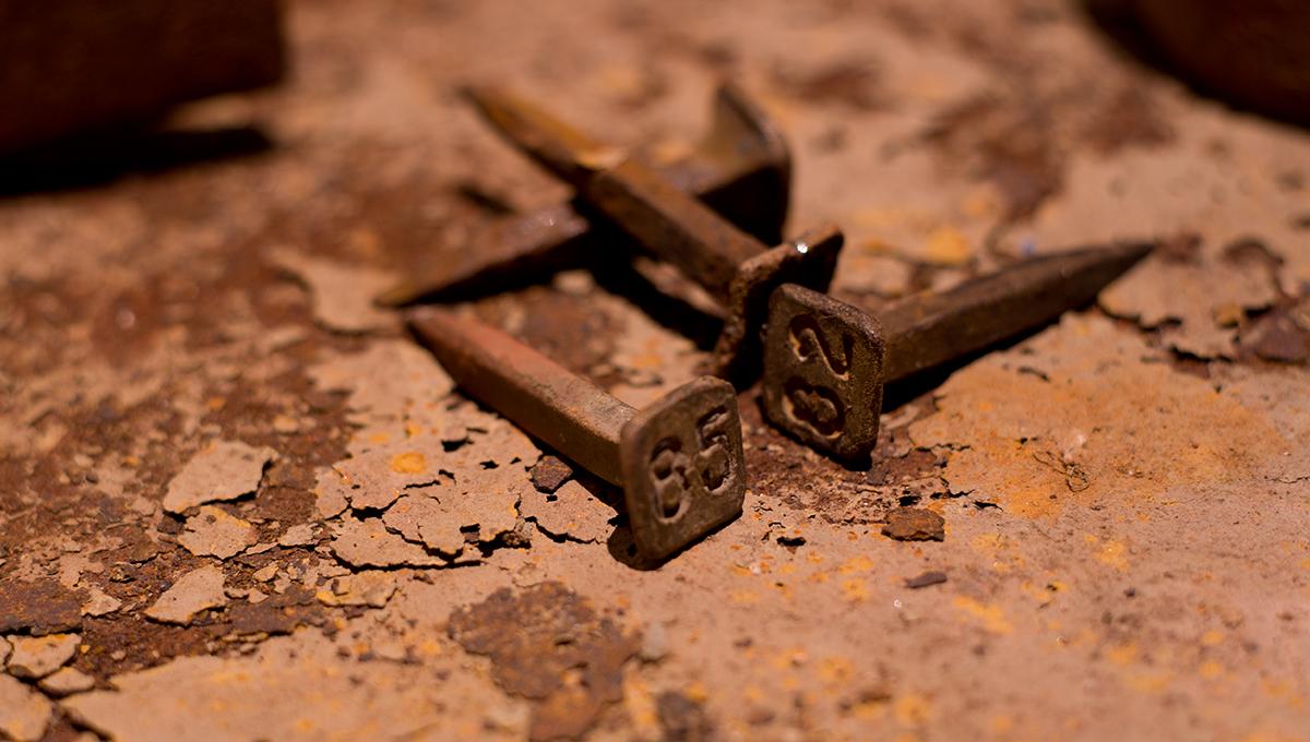 Près de Brignoles dans le Var, des clous dans la mine reconstituée au musée des gueules rouges