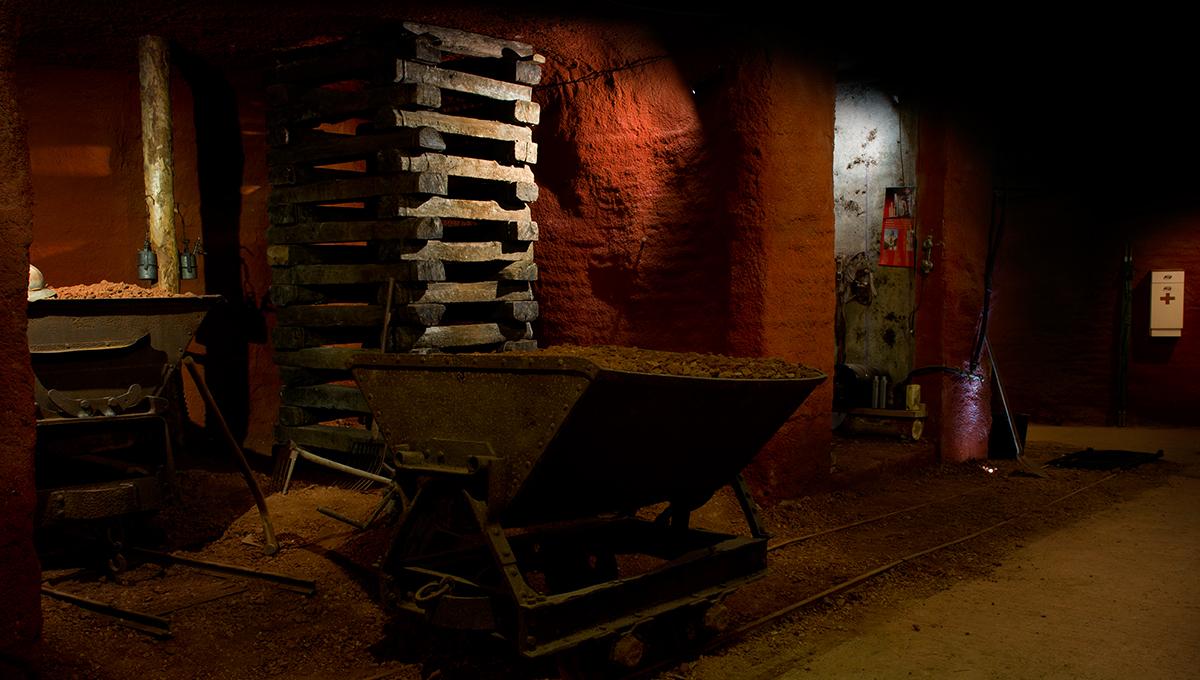 Près de Brignoles dans le Var, des chariots dans la mine reconstituée au musée des gueules rouges