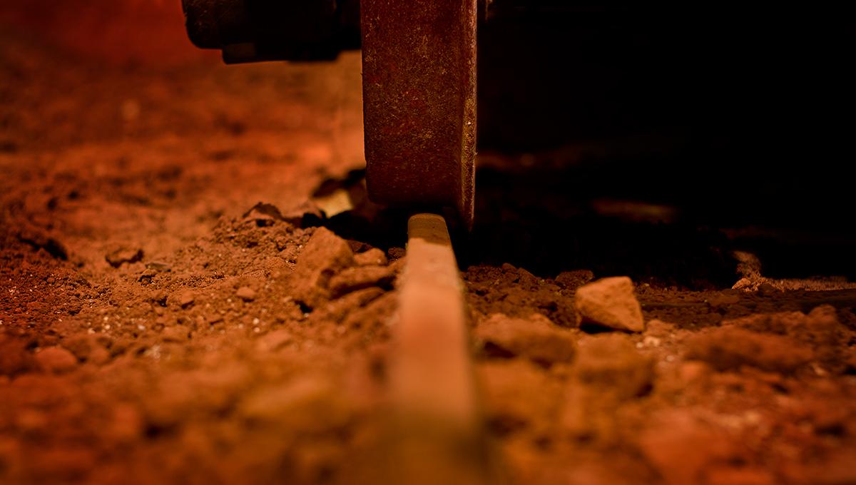 Près de Brignoles dans le Var, un wagon est posé sur un rail dans la mine reconstituée au musée des gueules rouges